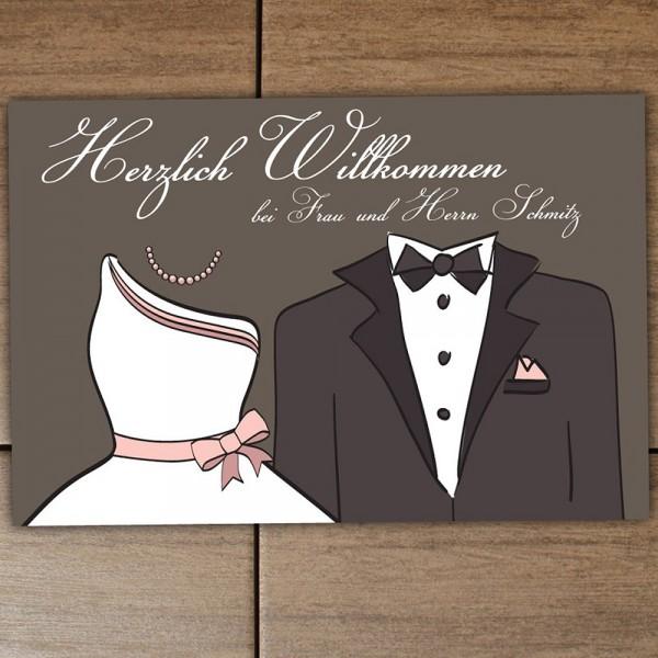 """Die Fußmatte Brautpaar ist mit dem Spruch """"Herzlich Willkommen bei Frau und Herrn"""" bedruckt und wird mit dem neuen gemeinsamen Familiennamen der Eheleute versehen!"""