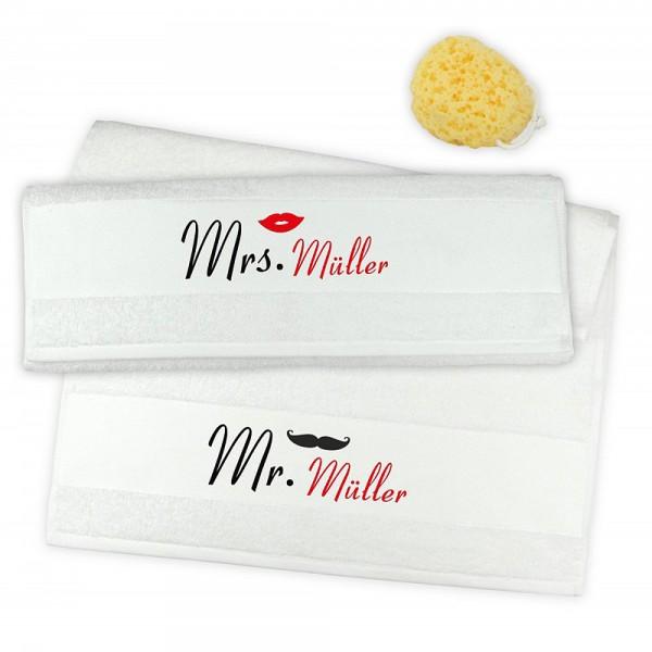 Das Handtuch-2er-Set ist mit Mrs. und Mr. bedruckt und wird mit dem Nachnamen des Paares versehen. Auf Wunsch erhält ER einen Schnauzer, SIE einen Kussmund.