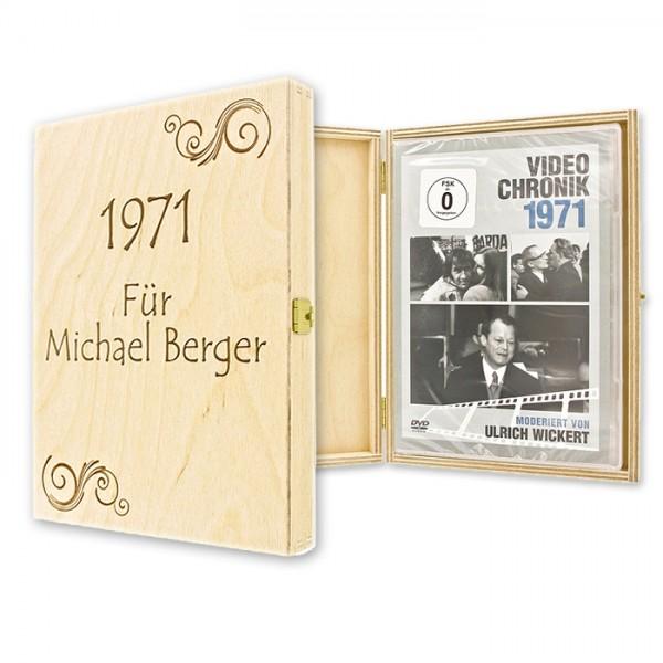 Jede DVD-Chronik wird in einer eleganten Geschenkverpackung aus Holz geliefert, die wir für Dich mit Deiner persönlichen Namensgravur versehen können!