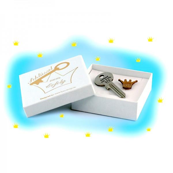 Der Schlüssel zum Erfolg kann in einer weißen Box geliefert werden, die außen mit dem Satz Schlüssel zum Erfolg und einem Kronensymbol versehen ist. Das Innere ist mit einer weiteren Krone dekoriert.