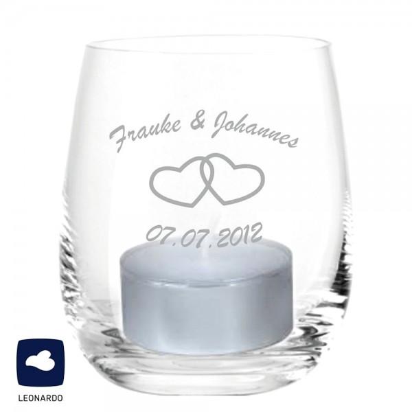 Das hochwertige Teelichtglas von Leonardo wird mit den Namen und dem Hochzeitsdatum des Brautpaares graviert.