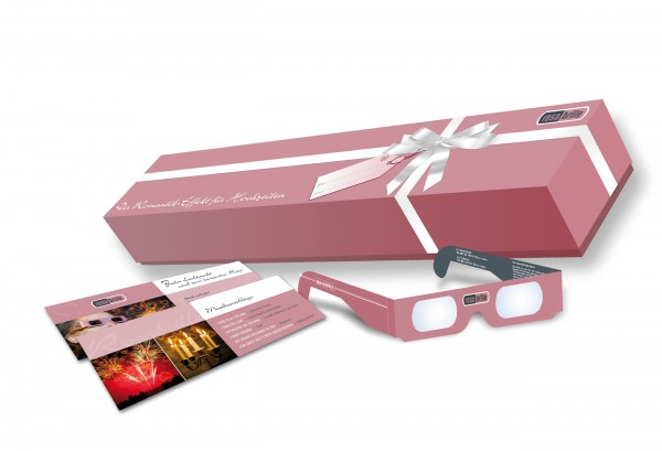Unsere Rosabrille-Weddingbox ist eine wunderschön gestaltete Geschenkbox und beinhaltet neben Brillen und Wunderkerzen auch noch passende Musikempfehlungen und Inszenierungsvorschläge für die Hochzeitsfeier.