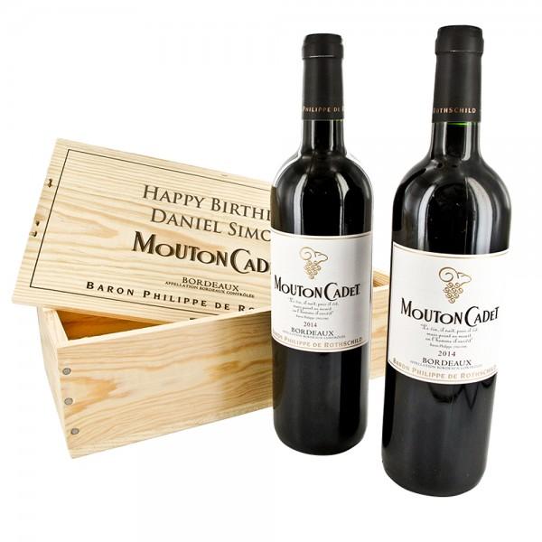 Du erhältst 2 Flaschen Mouton Cadet aus dem renommierten Hause Rothschild, eingelegt in eine original Rothschildkiste.