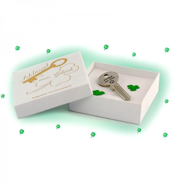 Den Schlüssel zum Glück liefern wir Dir wahlweise in einer schicken weißen Geschenkbox, die außen mit dem Symbol eines vierblättrigen Kleeblattes verziert ist.