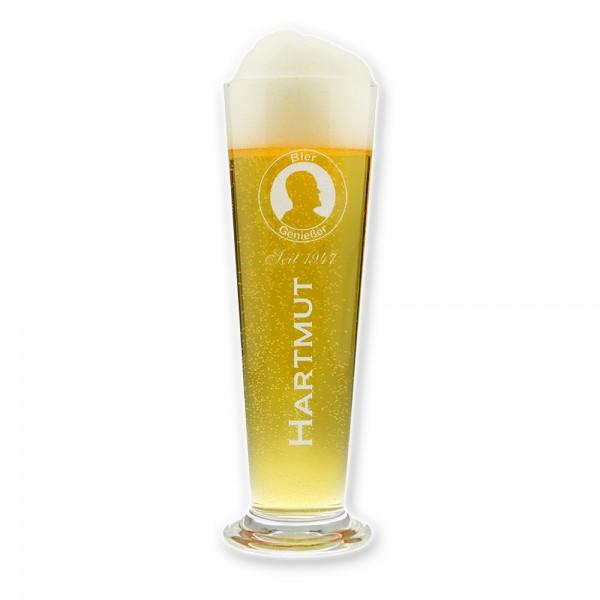 Das Bierglas mit Gravur ist mit unserem schicken Bier-Genießer-Logo versehen und wird mit dem Vornamen und dem Geburtsjahr des Beschenkten graviert!
